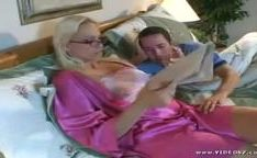 Mãe sexy gostosa na cama
