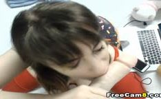 Ninfeta linda chupando o dildo na webcam