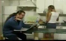 Ninfeta dando a xoxota pro padrasto na cozinha