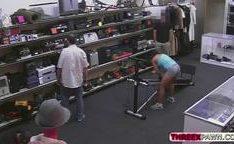 Morena fodendo dentro no shopping no equipamento de malhar