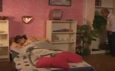 Pai aproveitando da filha dormindo