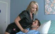 Enfermeira de lingerie vermelha com o paciente fodendo