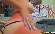 Garota sexy na webcam metendo com pau de borracha
