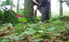 Mulher madura loira chupando um cara na floresta