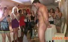 Garotas chupando e fodendo com homens strippers