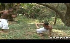 Porno gay com sexo anal selvagem no mato