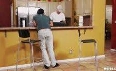 Ninfeta no adultério na cozinha com o amante