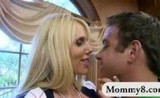 Ninfeta pegando seu namorado no adultério com à mamãe