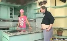 Coroa na putaria comendo novinha na cozinha antes do jantar