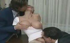 Secretária no porno antigo tomando dupla penetração