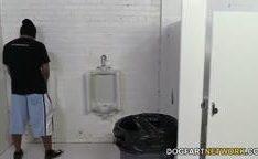 Pornstar Riley Reid no banheiro gritando arrombada por negros dotados