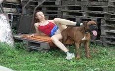 Mãe dando pro cachorro