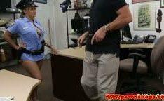 Policial fazendo boquete por dinheiro