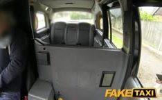 Negra fodendo no falso taxi com amador
