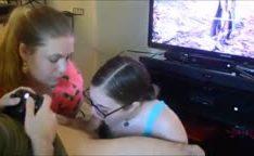 Amadoras chupando o amigo jogando video game