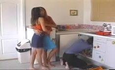 Encanador comendo duas putas novinhas na cozinha