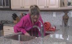 Filho comendo sua madrasta presa na pia