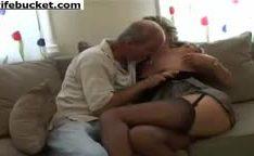 Coroa comendo sua esposa safada no sofá lhe dando boquete