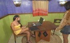 Morena brasileira transa com travesti gozando na sua cara