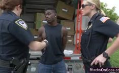 Policiais rabudas fodendo com bandido