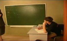 Adolescente comendo sua professora peituda na putaria online