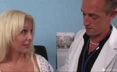 Médico pegando peituda loira na putaria