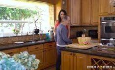 Mamãe sexy transa com filho do marido na cozinha