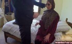 Mulher árabe transa por dinheiro
