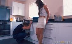 Casada tirando à calcinha pro encanador