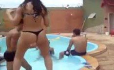 Novinha de biquíni dançando funk na piscina