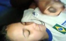 Estudante novinha caiu na net levando gozo na cara de negão