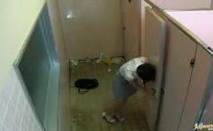 Estupro de japonesa bêbada no banheiro