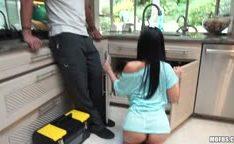 A dona de casa gostosa com seu encanador na putaria