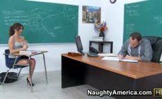 Aluna safada se oferece pro professor na sala de aula