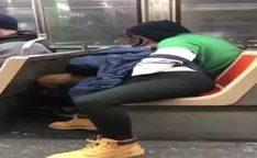 Garota faz boquete no metrô em flagra amador
