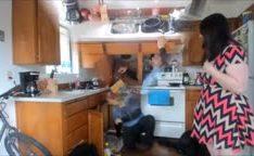 Adolescente gordinha transando com encanador na cozinha