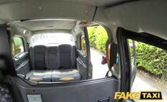 Tarado do táxi comendo cuzinho de ruiva