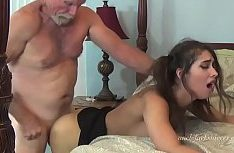 Velho barbudo comendo garota jovem