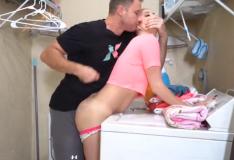 Loirinha lavando roupa forçada pelo irmão tarado
