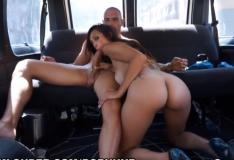 Sexo na van com gostosa trepando com dotadão