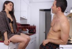 Irmãzinha safadinha na cozinha faz incesto