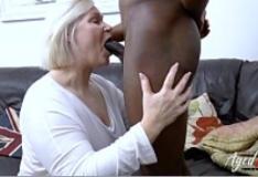 Vovó safada faz vídeo pornô com neguinho bem dotado