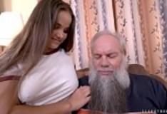 Velho barbudão comendo Olivia Nice pornstar novinha