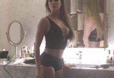 Atriz Deborah Secco de lingerie em novela da globo