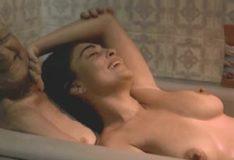 Coroa masturbando Juliana Paes na banheira