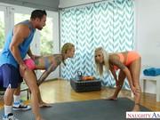 Treinador de fitness fodendo duas casadas loiras